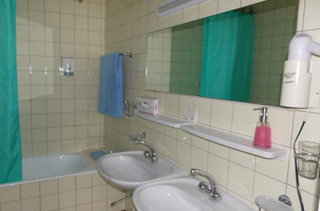 Zwei Waschbecken im Badezimmer vom Elite