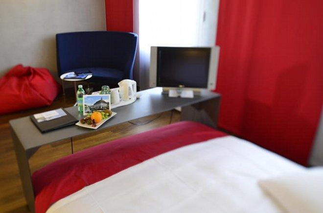 Die Zimmer verfügen über einen Beistelltisch